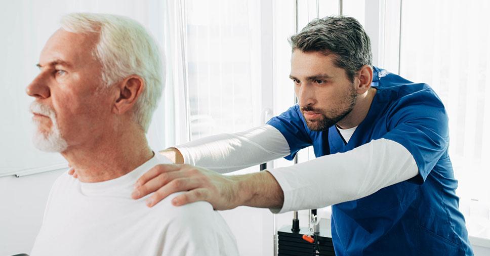 Alerta: por que dores na coluna da pessoa idosa são comuns?