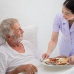 Profissional atuando na profissão de cuidador de idosos