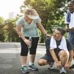 Idosos praticando exercícios para ter um envelhecimento ativo e saudável
