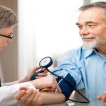 Médico verifica a circulação sanguínea em idosos