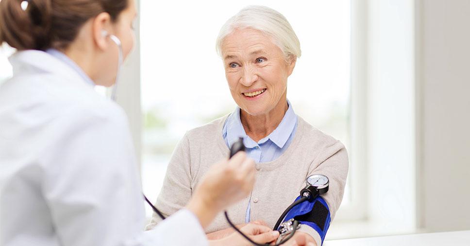 Pressão arterial: entenda as causas da pressão alta em idosos