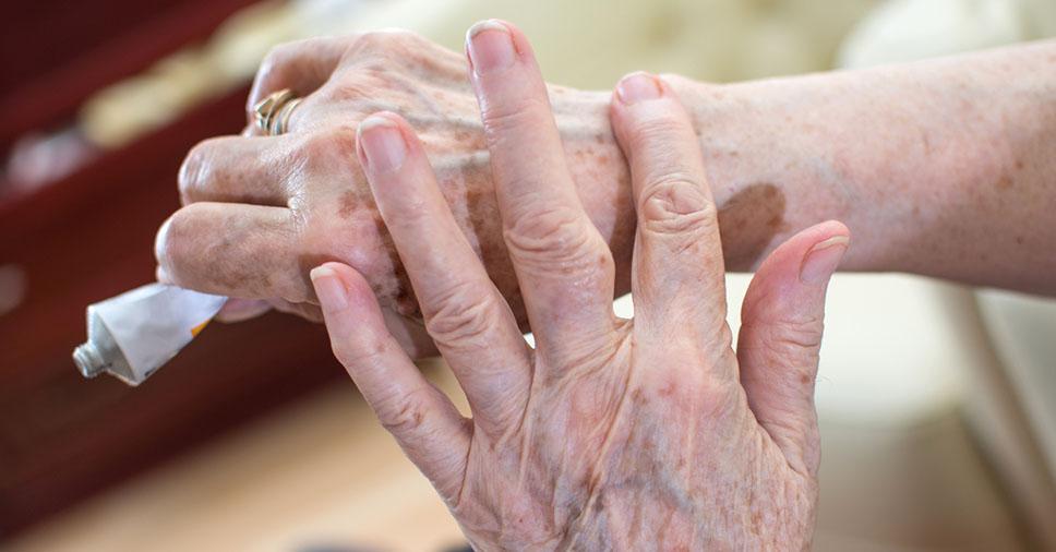 Como cuidar da pele do idoso? Veja como mantê-la protegida!