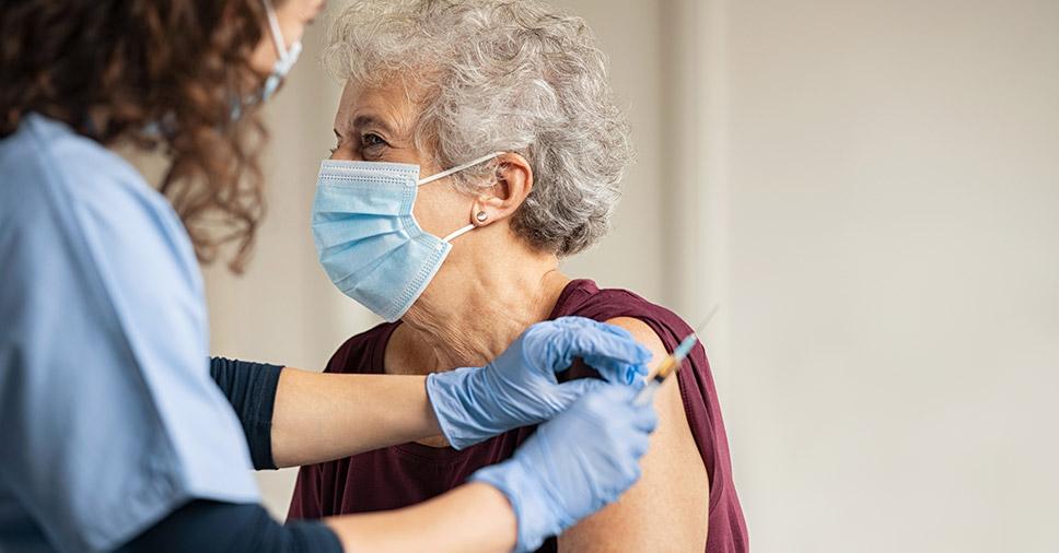 Devemos manter os cuidados com idosos depois da vacinação? Entenda!