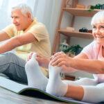 Vemos uma mulher praticar exercícios. Quer conhecer algumas atividades físicas para idosos? Confira!