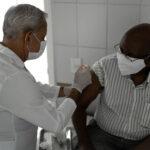Vemos um idoso sendo vacinado. Saiba a importância da imunização na terceira idade!